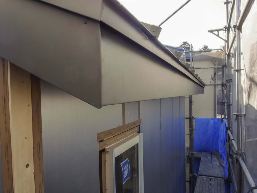 無印良品の家 屋根 外壁 板金破風巻き04